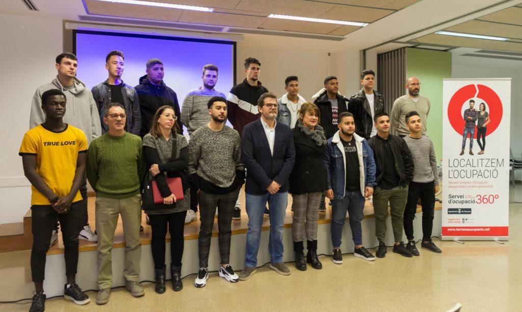 grup de joves assistents a la nova Casa d'Oficis