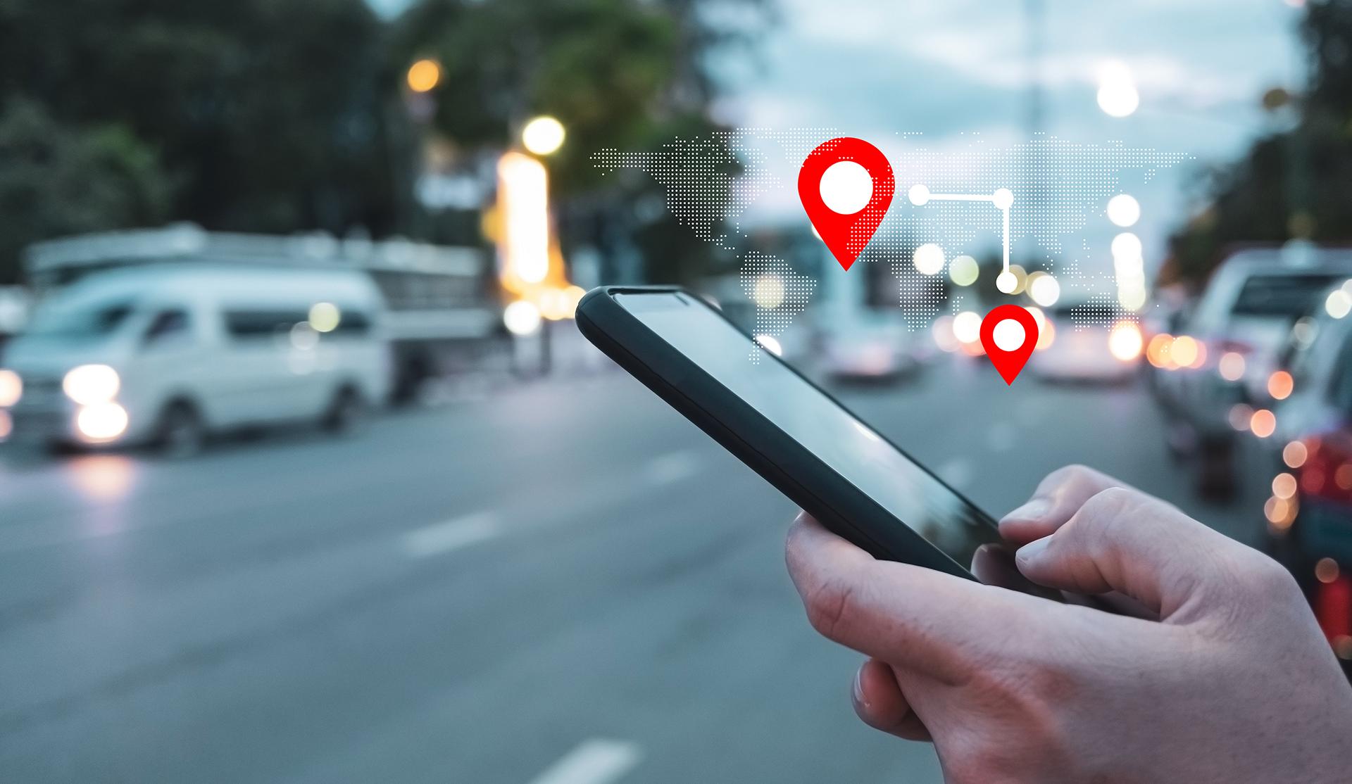 Hombre consultando mapa en el móvil smartphone icono ubicación