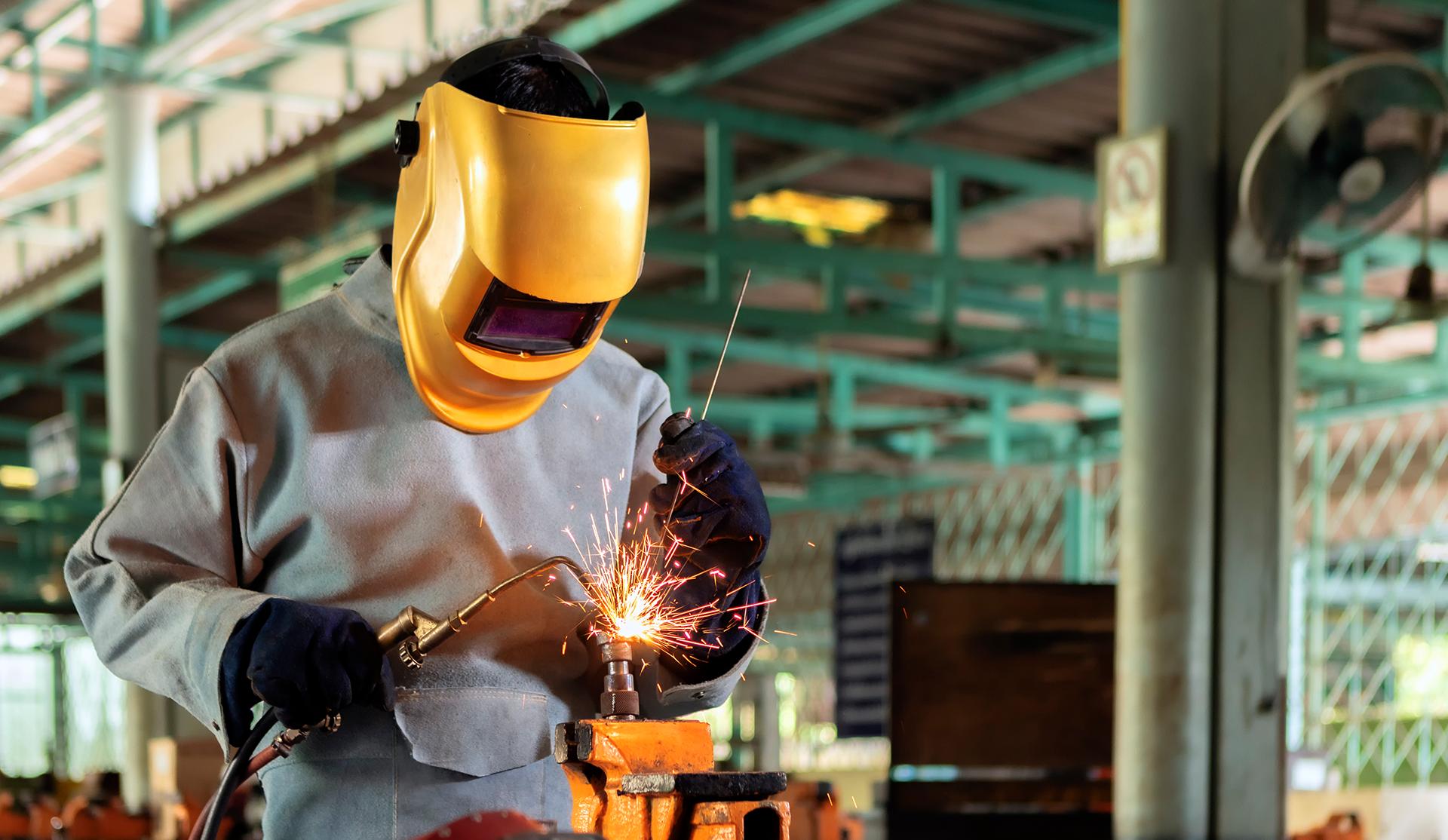 soldador con máscara en taller