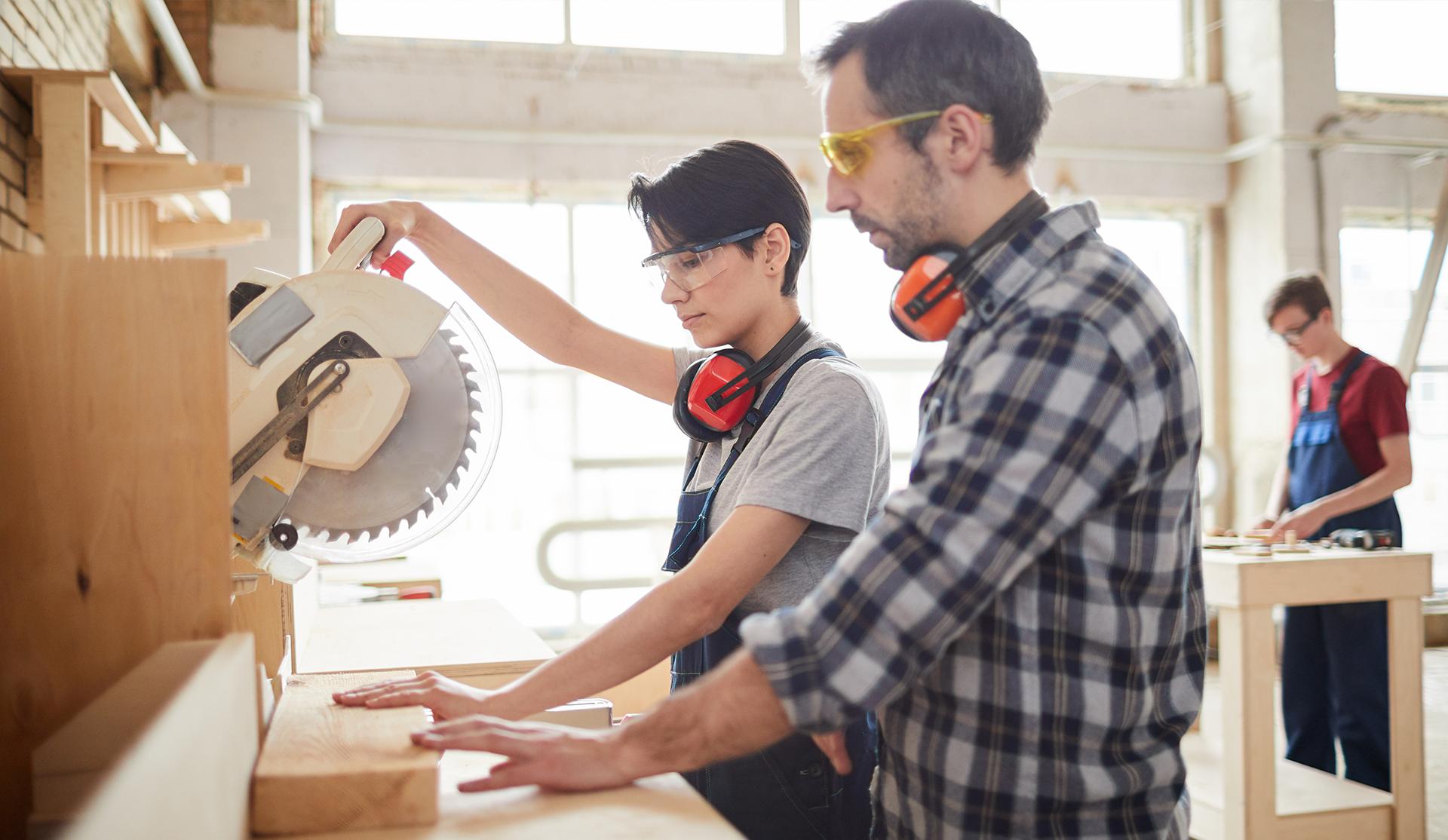 profesor y alumna taller carpintería