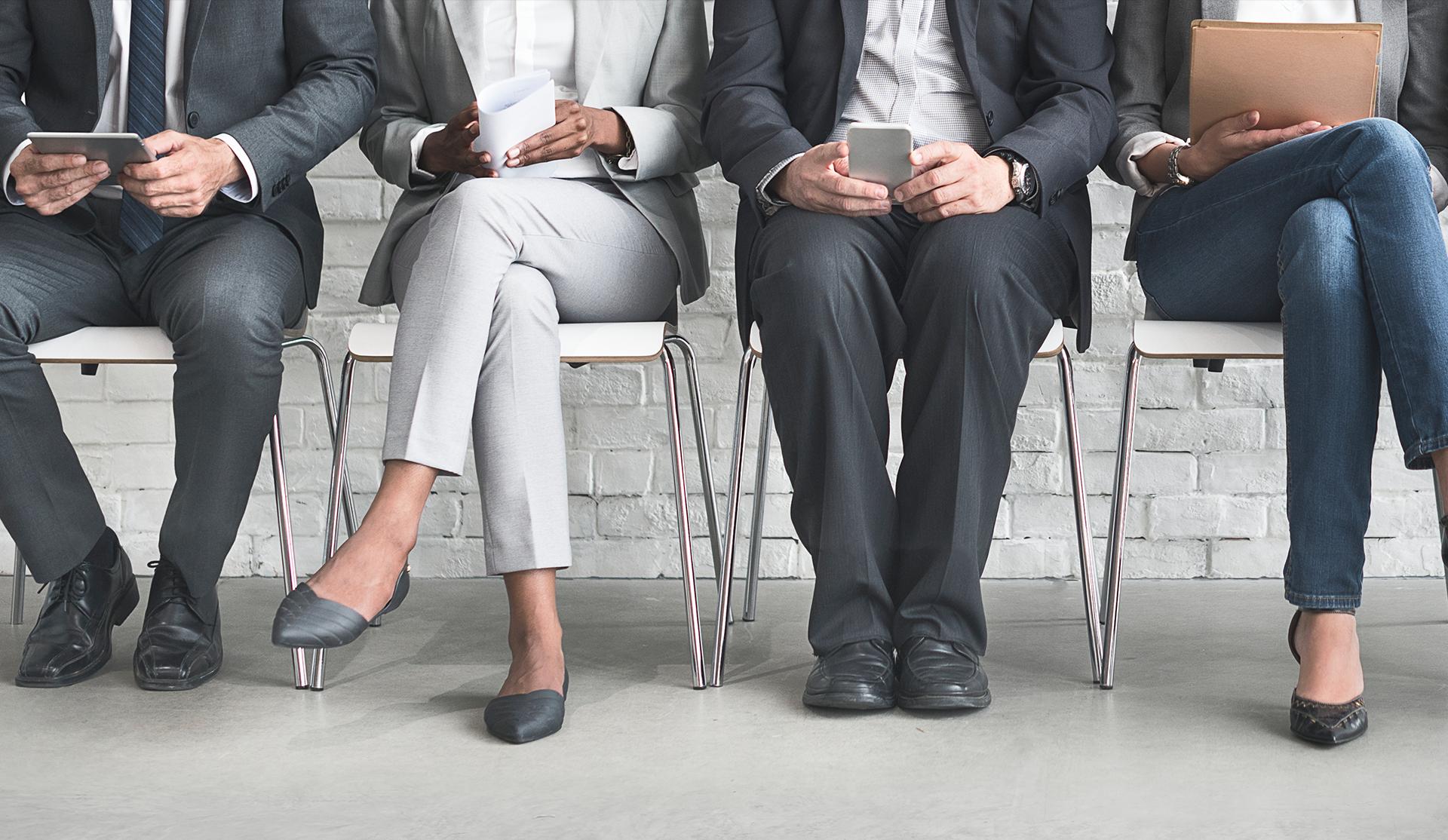 candidatos sentados esperando a ser entrevistados para puesto de trabajo