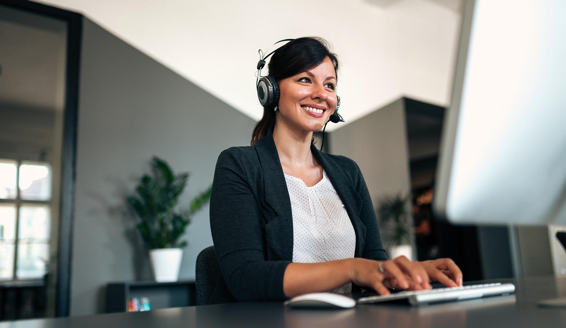 mujer recepcionista administrativa trabajando con ordenador