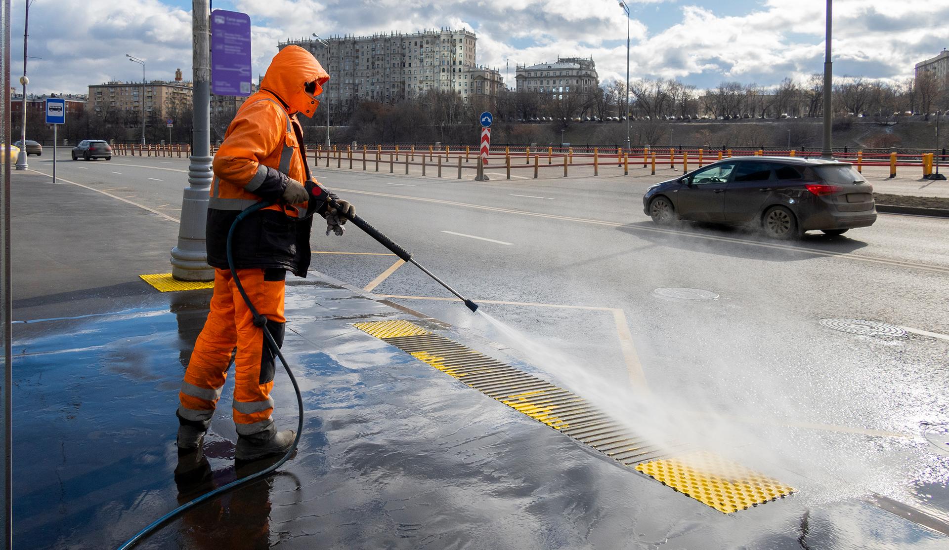 equipo de limpieza pública trabajador limpiando la acera