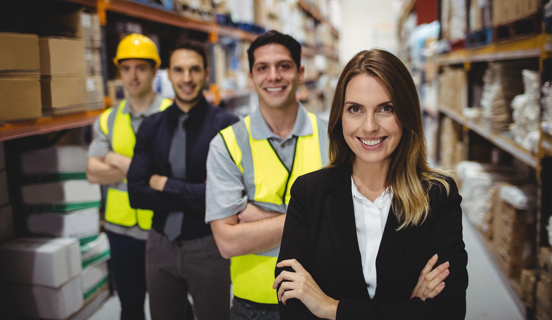 Trabajadores de almacén y directivos