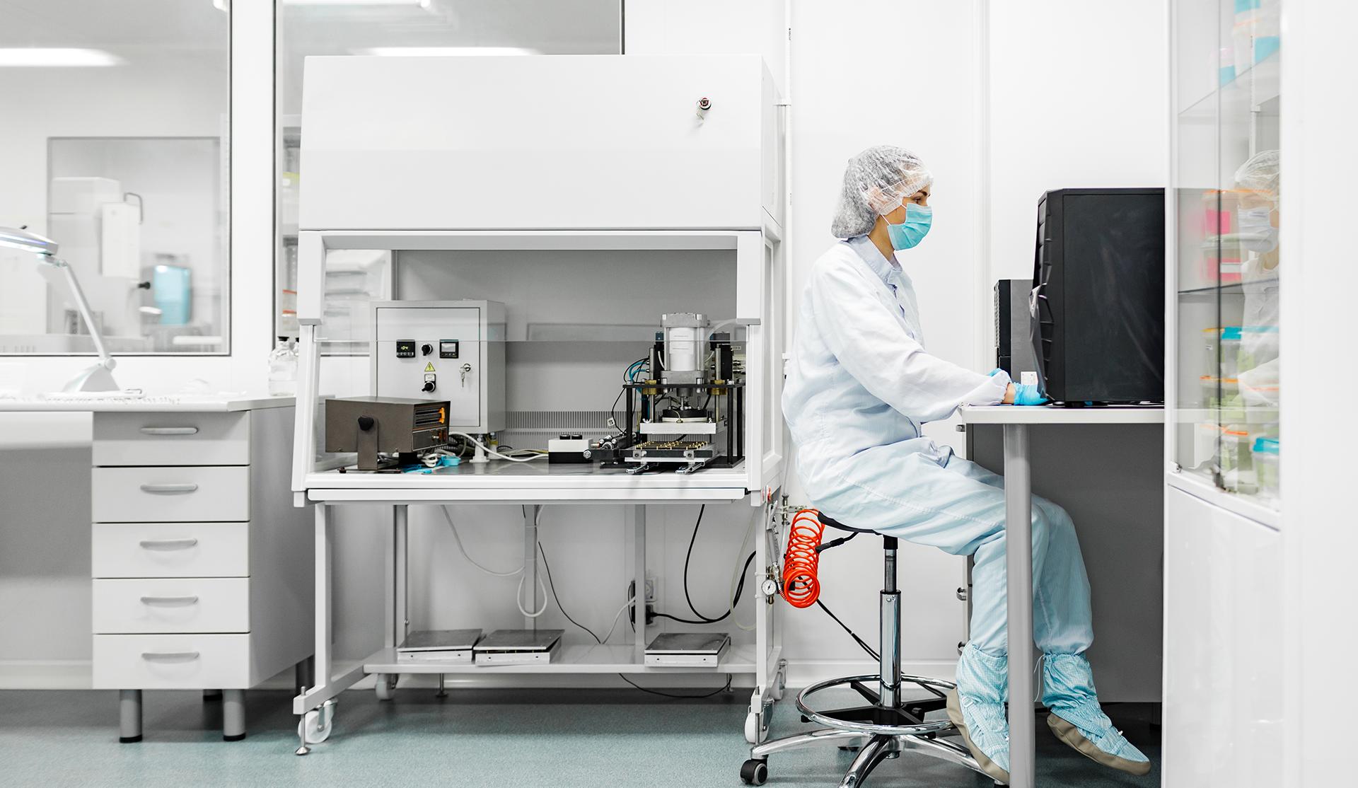 mujer trabajando en laboratorio farmacéutico