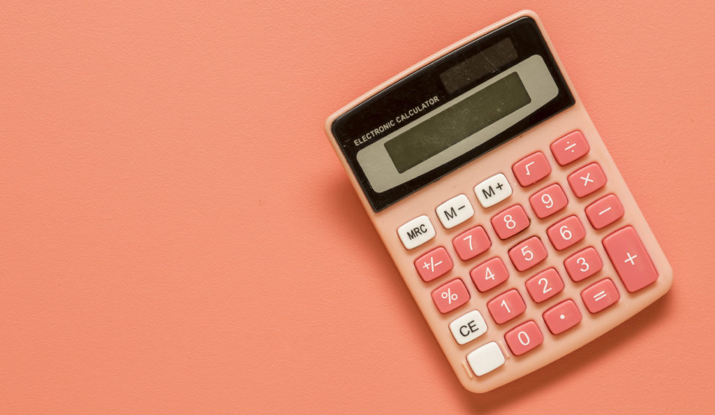 calculadora color salmón con fondo pastel
