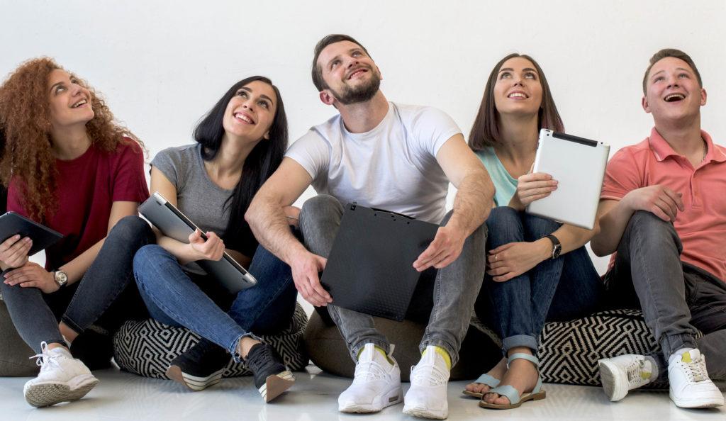 jóvenes sentados en el suelo mirando hacia arriba