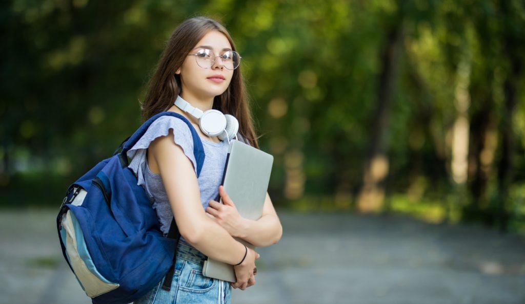 chica estudiante con libros y mochila