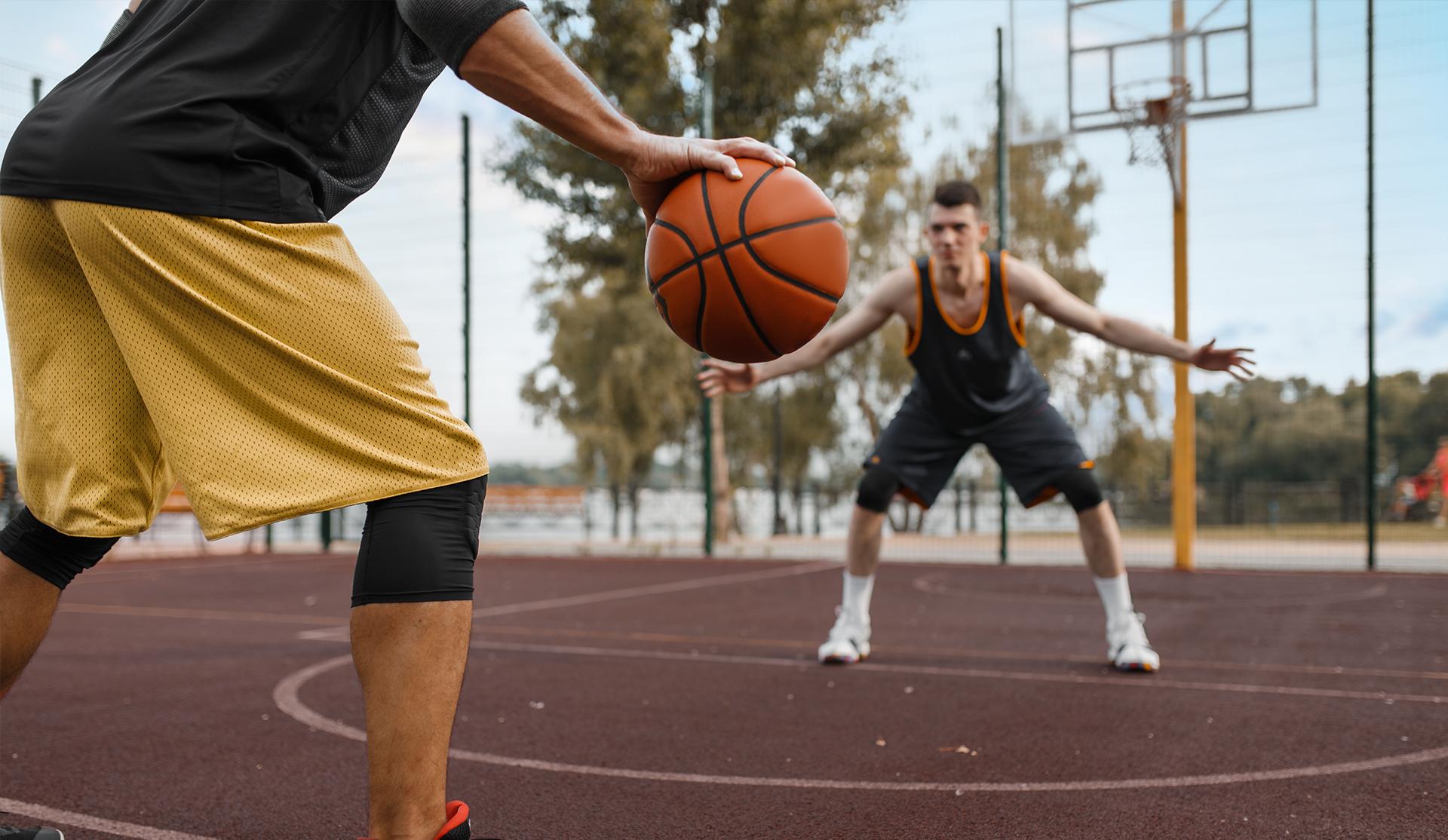 dos jóvenes jugando a baloncesto
